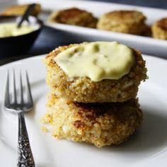 Savory quinoa cakes with a lemon-garlic aioli sauce - finally, a recipe for quinoa that I actually like!