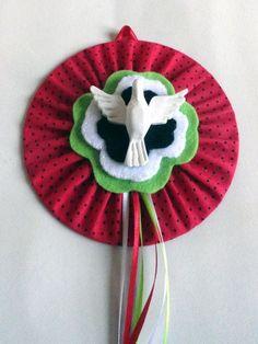 Mandala (Divino Espírito Santo) confeccionada com CD reciclado, tecido, feltro e… Holy Spirit, Santa, Diy Crafts, Christmas Ornaments, Holiday Decor, Craft Ideas, Diy And Crafts, Peace Dove, Cd Art