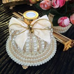 Muito amor nesse kit . Kit coroa com bandeja e difusor. #difusor #difusordevaretas #difusordeambiente #difusordearomas #difusorcomperolas #bandeja #bandejaespelhada #bandejacomperolas #varetas #varetasdecoradas #casa #quarto #escritorio #banheiro #lavabo #sala #kit #kitdelavabo #casacheirosa #madrinhas #wedding #casamento #carinho #presente #AtelieMariVenancio