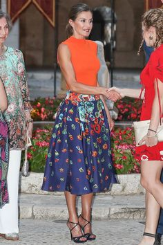 Queen Letizia of Spain puts on a glamorous display in orange blouse and floral skirt in Mallorca Beautiful Evening Gowns, Estilo Real, Outfits Mujer, Laetitia, Royal Clothing, Spanish Style Homes, Orange Blouse, Queen Letizia, Royal Fashion