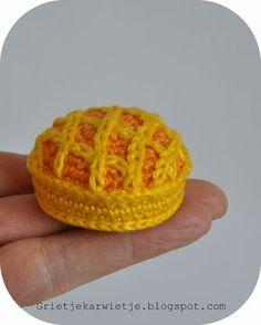 Mini Abricot Tart - free crochet pattern in English and Dutch by Grietje karwietje.  More cakey patterns here: http://grietjekarwietje.blogspot.co.uk/search/label/PetitFoursCAL2017