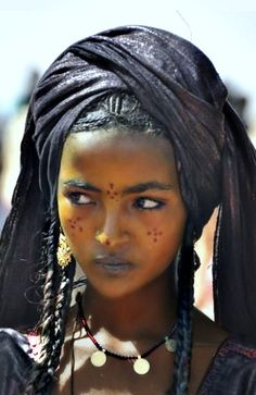 //absolutely beautiful…a tuareg girl. tuaregs {also spelled twareg or touareg} are berber people with a traditionally nomadic pastoralist lifestyle and are the principal inhabitants of the saharan interior of north africa. Black Is Beautiful, Beautiful People, Beautiful Women, Simply Beautiful, African Beauty, African Women, African Style, Steve Mccurry, Beauty Around The World