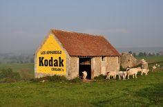 Publicité murale Kodak, restaurée, quelque part en Bourgogne, sur la route Nationale 6, en France. Barn Signs, Old Pub, Peeling Paint, Far Away, The Good Place, Street Art, Logo Vintage, Photos, Architecture
