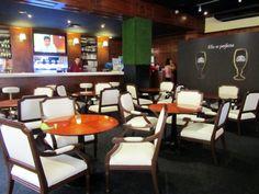 Los ambientes al lado de la barra El 10 Carnes y Vinos de Plaza de Armas de Lima es especialista en comida argentina, española y peruana. Descubre más en: http://www.placeok.com/comida-gourmet-el-10-carnes-y-vinos-lma/