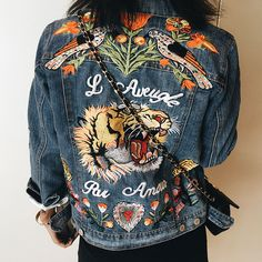 Embroidered patches are a revamped take on the classic denim jacket. Denim jacket accented with flowers and animal patches. Made of cotton. Sizing in centimeters. S(bust 92cm) M(bust 95cm) L(bust 99cm