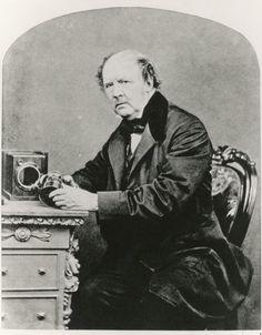 Natur und ihre Erscheinungen so exakt wie möglich im Bild festzuhalten, entsprach den Neigungen des jungen englischen Landlord William Henry Fox Talbot (1800-1877). Da sein zeichnerisches Geschick gering war, machte sich Fox Talbot daran, seine Eindrücke auf andere Weise zu konservieren