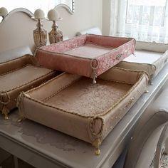 nışan kutusu sandık Wedding Plates, Wedding Boxes, Wedding Gift Hampers, Decopage Furniture, Fabric Covered Boxes, Motifs Perler, Lavender Bags, Home Crafts, Diy And Crafts