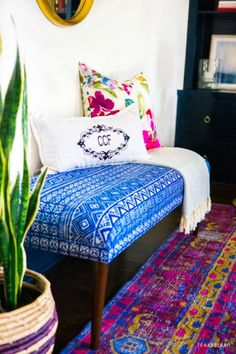 I love this room. The colors the decoration. Amazing and very interesting site to visit One room makeover challenge. This one features a colorful livingroom. Le Living, My Living Room, Home And Living, Living Spaces, Small Living, Modern Living, Decoration Inspiration, Room Inspiration, Home Decoration
