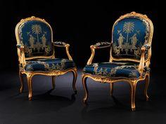 Breite: 65 cm. Tiefe: 55 cm. Gestempelt P. PLUVINET . Frankreich, um 1750/70. Die Gestelle äußerst fein beschnitzt, gefasst und auf rotem Bolus ...
