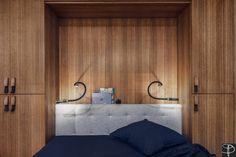 La chambre parentale avec une tête de lit et des placards en bois