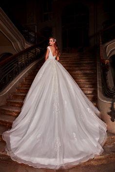 Cel mai nou trend se combina cu cele mai clasice linii ai pentru a crea aceasta rochie de mireasa tip printesa, cu talie accentuata si decolteu în V. Un design senzational care face ca spatele sa dispara într-un decolteu seducator. Wedding Dresses, Fashion, Boyfriends, Bride Dresses, Moda, Bridal Gowns, Fashion Styles, Weeding Dresses, Wedding Dressses
