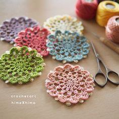 昨日、紹介していた刺繍糸のドイリーが、完成しました~。 himehima.hatenablog.com 刺繍糸のドイリー DMC8番刺繍糸 4号レース針 7㎝ ドイリーの縁編み ちょっと変わった感じで縁編みを入れていく…と予告していましたが、縁編みわかりました? 写真で説明すると… 「←この白い丸がふちあみ」となっているところが縁編みのつもりで編んでます。 ドイリーを完成させるのに、縁編みはそのドイリーの総まとめ的な役割かなと思うので、いつもは、最終段、そのドイリーの雰囲気を壊さなように、前の段からのつながりも考えながらまとめていきます。 だけど、今回のドイリーは、前の段からのつながりを考えて… Crochet Stars, Crochet Motif, Crochet Doilies, Crochet Flowers, Knit Crochet, Crochet Patterns, Flower Studio, Textile Jewelry, Mini