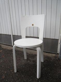 Alvar Aalto/Artek, tuoli 66, vanhaa tuotantoa. Maalattu huonosti jälkeenpäin, joku merkki naulattu selkänojaan. Tuoli on tukeva ja ehjä. Osa Artekin tarrasta pohjassa kiinni.  MYYTY.