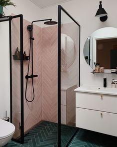Hana-sarja Silhouet-sarjaa on saatavilla viidellä kauniilla pinnalla: Teräs, messinki, harjattu messinki, harjattu kupari ja mattamusta. Lue lisää >> Bathroom Design Layout, Bathroom Interior Design, Feng Shui Interior Design, Layout Design, Bad Inspiration, Bathroom Inspiration, Feng Shui Bathroom, Shower Cubicles, Small Bathroom