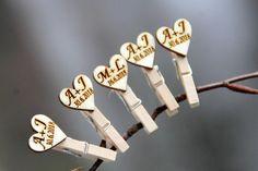 Malé dřevěné kolíčky se srdíčky s iniciály - 1 ks