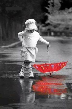Red Umbrella ……and wet rain…………. Umbrella Art, Under My Umbrella, Walking In The Rain, Singing In The Rain, Color Splash, Color Pop, I Love Rain, Pics Art, Umbrellas Parasols