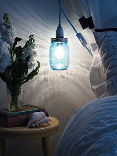fabriquer une suspension en bocal de verre bleu pour créer une ambiance romantique dans la chambre à coucher