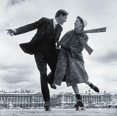Suzy Parker and Robin Tattersall - Place de la Concorde, Paris, août 1956. Richard Avedon