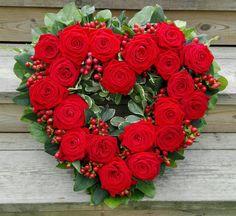 Begravningskrans. Hjärta med röda rosor och hypericum