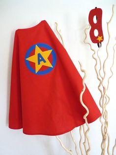 Cape simple rouge PERSONNALISEE de Super Héros avec masque réversible assorti : Ecole et loisirs par la-fee-brochette