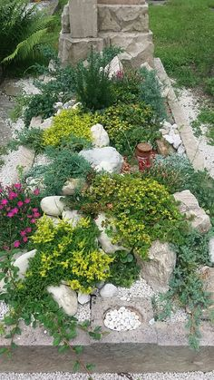 Grabgestaltung-selber-machen Tomb design and tomb planting make summer themselves DIY Grave Planting Potted Plants Patio, Indoor Plants, Landscaping Plants, Cemetery Decorations, Cemetery Flowers, Diy Crafts To Do, Different Plants, Summer Diy, Plant Decor