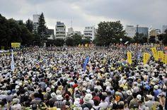 """2011/7/16 Anti nukes demo in Tokyo. In Japan gibt es insgesamt 54 Atommeiler. """"Die Sicherheit und Glaubwürdigkeit..."""