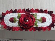 Pegador de armário/ geladeira /fogão /forninho/microondas    Confeccionado com a linha Anne , o que deixa a peça muito bonita e ao mesmo tempo delicada.  Fechamento com botão , fica ajustável para vários modelos.  Medida: 16x5 cm. Podendo ser feito em outros tamanhos também.  Feito sob encomenda,... Crochet Belt, Crochet Earrings, Frozen Crochet, Crochet Kitchen Towels, Tea Towels, Maya, Diy And Crafts, Rose, Color