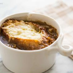 Warm, cozy, and flavorful, this French onion soup is prepared with beef stock and caramelized onions. Top with croutons covered in melty Gruyere and Parmesan cheese. We love this classic recipe from Simply Recipes. Onion Soup Recipes, Crockpot Recipes, Cooking Recipes, Entree Recipes, Ww Recipes, Puerto Rico, Apple Soup, Simply Recipes, Bowl Of Soup