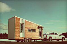"""O canadense Laird Herbert desenvolveu uma pequena casa ecológica que pode ser levada para onde for. Esta é uma boa solução para os que gostam de viajar muito e, por isso, quase não sobra tempo para se estabelecer em um local fixo.     Com criatividade em projetar e construir, Herbert comercializa as casas portáteis. Ele testou vários protótipos até chegar ao modelo atual, que chama de """"versão 2"""". Apesar de pequena, a casa tem um espaço confortável e pode acomodar mais de uma pessoa."""