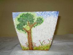 Vaso feito de caixa de leite, pode ser usado como enfeite, lixinho ou com flores.    Observação: as flores são só ilustração, são vendidas separadas e por unidade. R$ 22,00