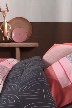 Roze gekleurd #dekbedovertrek met grafisch patroon! Komend seizoen vormt roze het centrum van alle kleuren in je klassieke of moderne slaapkamer interieur. Daarnaast zorgen grafische prints voor een speelse tint. Ontdek de bedlinnen set Art Multi van Mae Engelgeer. Ideaal voor in jouw master #bedroom? #trends #slaapkamer #bedroom