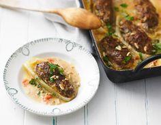 Gefüllte Schmorgurken: Der Klassiker mal mediterran! Thymian und Pinienkerne würzen die Hackfüllung, Tomaten, Parmesan und Lorbeer die Béchamel. Schnell zubereitet, den Rest macht entspannt der Ofen.