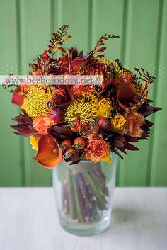 Оранжевый осенний букет с каллами, ягодами шиповника, желтыми розами и яблоками