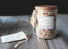These handmade floral bath salts are a great DIY gift option this Christmas season! These handmade floral bath salts are a great DIY gift option this Christmas season! Free printable labels inc Diy Soap Labels, Bath Bomb Packaging, Packaging Ideas, Soap Packaging, Design Packaging, Floral Bath, Diy Holiday Gifts, Diy Gifts, Diy Christmas