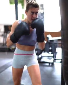 Natacha doesn't take any messing. Increase your training regime with this boxing workout finisher. Try it with a resistance band for an extra burn! Women Boxing Workout, Boxing Workout With Bag, Punching Bag Workout, Kickboxing Women, Kickboxing Workout, Boxe Fitness, Yoga, Get Ripped Fast, Boxing Videos