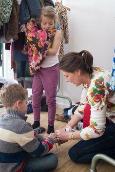 Vorbereitung zur Modenschau: Hilfe bei den letzten Vorbereitungen.