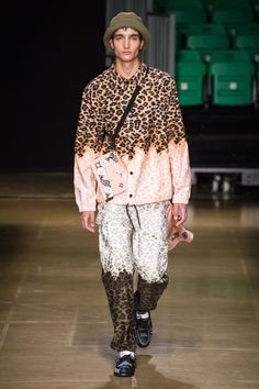 The complete MSGM Spring 2020 Menswear fashion show now on Vogue Runway. Fashion Week Hommes, Mens Fashion Week, Fashion 2020, Fashion Trends, Fashion Styles, Men's Fashion, Versace, Camisa Vintage, La Mode Masculine