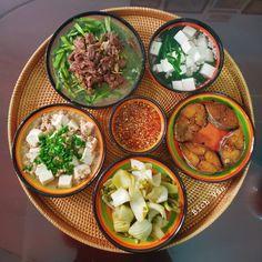 """Chị vợ mỗi ngày đều """"cân đẹp"""" mâm cơm cho 6 người, đỉnh nhất là bày biện đâu ra đấy Asian Recipes, Keto Recipes, Vegetarian Recipes, Ethnic Recipes, Vietnamese Cuisine, Food Drawing, Home Chef, Daily Meals, Weight Watchers Meals"""