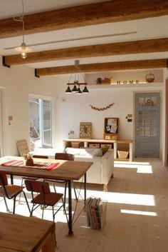 漆喰や木の自然素材をふんだんに使ったナチュラルテイストにレトロ感をプラスした2階建てハウス Home And Deco, Cozy House, Interior Styling, Furniture Decor, Home Improvement, House Design, Interiors, Dining, Living Room