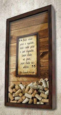 """Quadro Porta Rolhas Duplo - Beber vinho para o espírito  O fundo do quadro tem uma imagem impressa de ripas de madeira.  Dentro dele , há um quadro menor com a frase: """"Beba vinho para o espírito, beba vinho para a boa digestão, beba vinho na festa, beba vinho na solidão...).  À medida que você preenche o quadro, as rolhas ficam em volta.  #quadropararolhas #vinho #portarolhas #espaçogourmet #wine"""