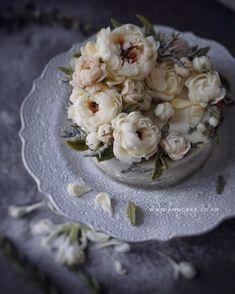 앤케이크 🌿 Butter cream Flower cake End of Winter ❄️ 마지막 눈이 아쉬운 오늘. #앤케이크 #버터크림플라워케이크 #플라워케이크 #버터플라워케이크 #플라워케익 #플라워케이크클래스 #케이크클래스 #꽃케이크… Cake Decorating Piping, Buttercream Flowers, Floral Cake, Cake Art, Cake Designs, Flower Cakes, Baking, Desserts, Food