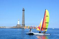 Le phare de l'Ile Vierge a été construit en 1902 sur un îlot de l'archipel de Lilia (commune de Plougerneau). Il est le plus haut phare d'Europe (82,5 mètres) et fait partie des 4 derniers phares français à être gardienné (et ce, uniquement jusqu'à la fin de l'année 2010). On peut le visiter en accédant à l'île par bateau. Le vieux phare, situé à gauche sur la photo, a aussi été classé monument historique. ©  Jean-Charles Christol