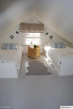 Vintage Room and Retro: Tips, Decor and Photos! - Home Fashion Trend Attic Bedroom Small, Attic Bedrooms, Attic Loft, Loft Room, Upstairs Bedroom, Attic Spaces, Bedroom Loft, Bedroom Decor, Bedroom Curtains