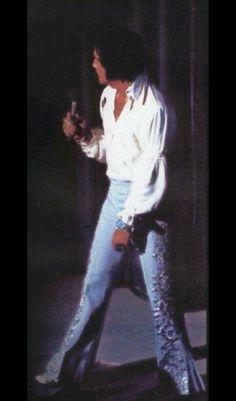 Fabulous look for Elvis Presley in Concert