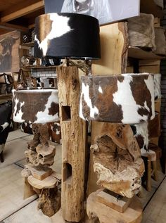 Lampen en kappen  bij K&H decoraties Lamp Shades, Light Shades, African Crafts, Log Furniture, Western Homes, Cow Hide, Wood Crafts, House Styles, Diy Lamps