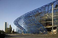 Jeder Architekt strebt danach, Bauwerke zu entwerfen, die sich abheben, die in aller Munde sind, die eine klare Botschaft vermitteln. Alles das hat die britische Architektin Zaha Hadid geschafft, als sie das Heydar Aliyev Cultural Centre in der aserbaidsch
