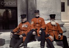 Posed up: Veteran soldiers - known as Chelsea Pensioners - sit on the steps of the Royal Hospital Chelsea in London in 1928 Color Photography, White Photography, Old Photos, Vintage Photos, Subtractive Color, British Soldier, British Army, Old London, Vintage London