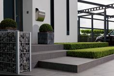 Pasos de piedra natural - - - Klingen Page Modern Backyard, Modern Front Porches, Concrete Steps, Front Door Plants, Front Garden, Exterior Stairs, House Entrance, House Front Design, Minimalist Garden
