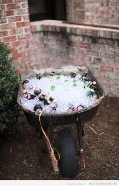 Idea original una carretilla con hielo para mantener cervezas frías en una boda informal