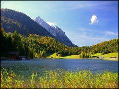 Herbstimpression vom Lautersee mit Wettersteinspitze.Mittenwald, Germany